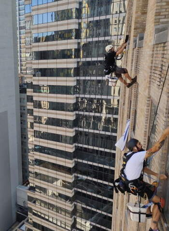 Window cleaning in 63 Wall Street, New York
